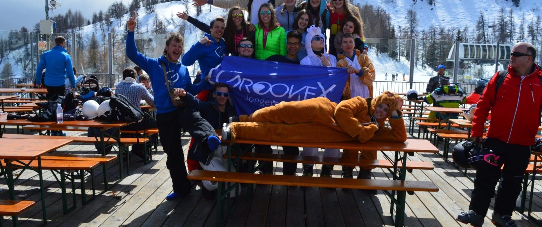 sfeer in de onesies jongeren skivakantie