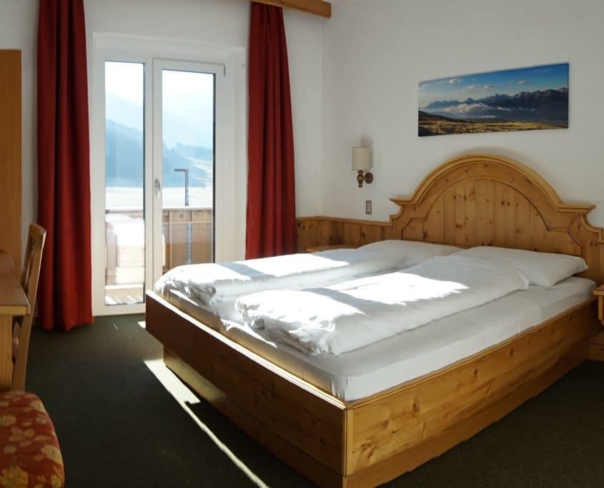 slaapkamer met uitzicht jongeren hotel roland bed